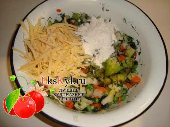 Овощи смешать с желтками, сыром и мукой