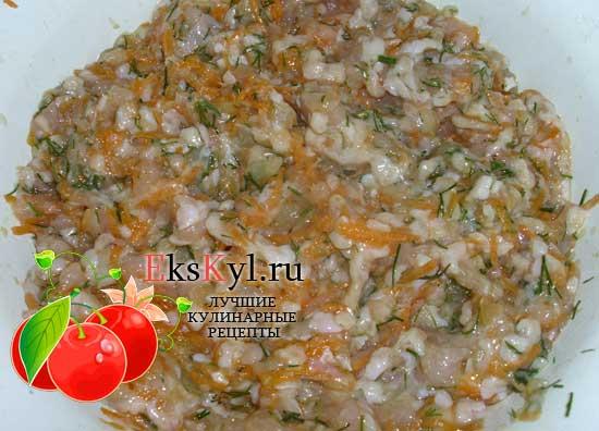 Смешиваю куриный фарш с холодным рисом, луком, морковью и укропом