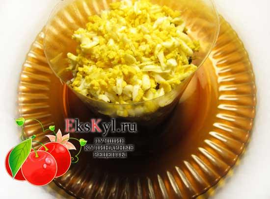 Выложить слой яиц