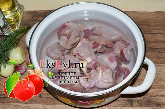 очистить и помыть куриные желудки.