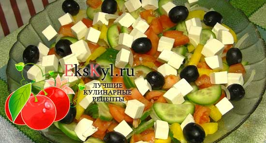 Греческий салат с сухариками и куриным мясом
