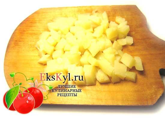 Нарежьте кубиками картофель