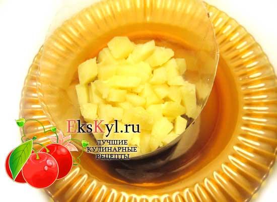 Выложите слой картофеля