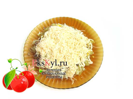 Посыпаем сыром салат