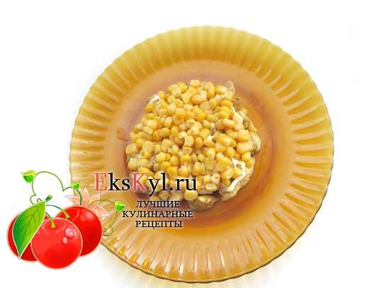 выложить кукурузу плотным слоем
