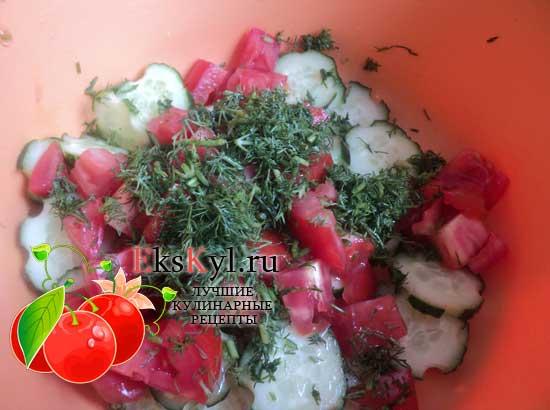 положим зелень в салат