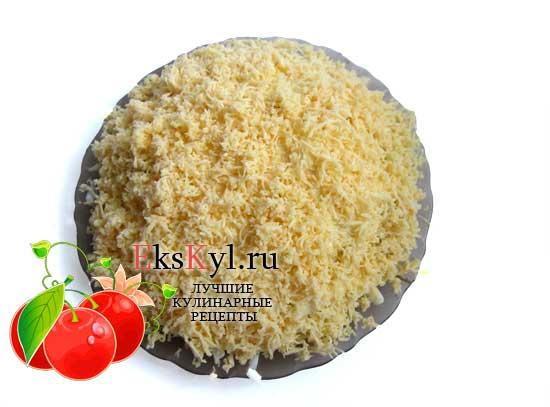 Посыпьте сыром всю поверхность салата березка