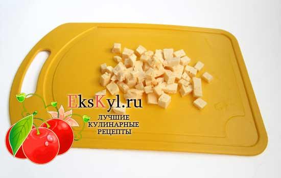 Сыр режем очень мелкими кубиками