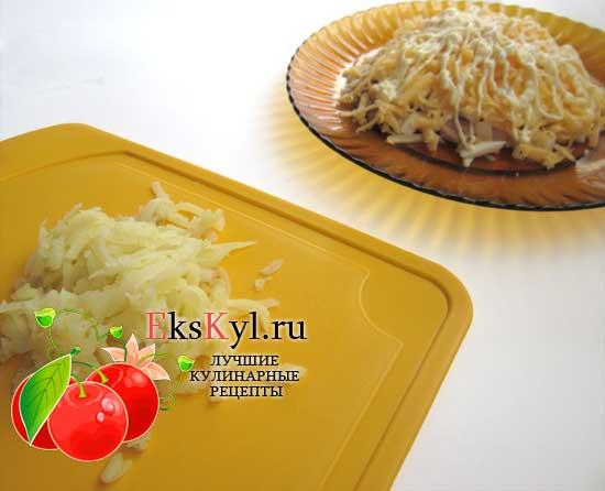 Потрите очищенный и охлажденный картофель