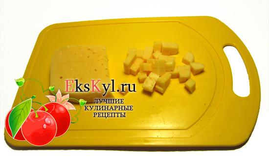 Сыр нарезаем крупными кубикам