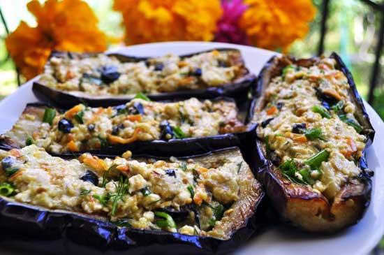 Баклажаны, фаршированные помидорами, сыром и чесноком