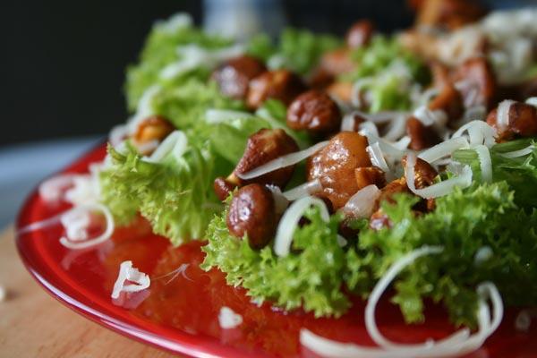рецепт салата из колбасы и сыра и фасолью