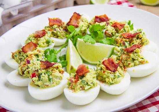 яйца с соусом гуакамоле